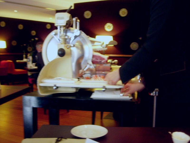 Trancheuse restaurant Hélène Darroze - DR Melle Bon Plan