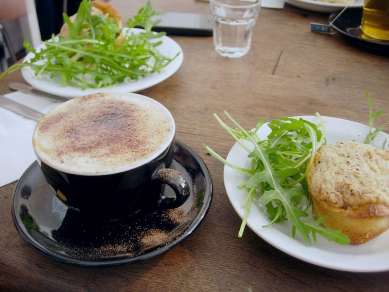 Brunch, muffin et cappucino - DR melle Bon Plan