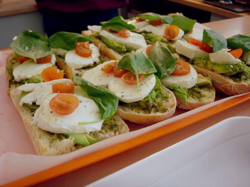 Tartines mozza, tomate, avocat et basilic à faire chauffer - DR Melle Bon Plan