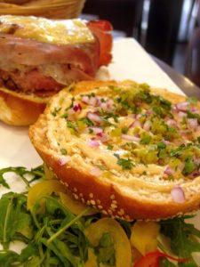 Hamburger des Alpages La 7e côte restaurant - DR Melle Bon Plan