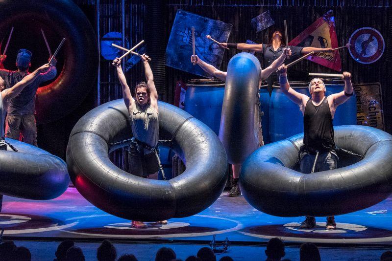 STOMP-show-spectacle-au-Casino-de-Paris-reprise-janvier-et-février-2016-france-danse-musique-théâtre-numéro-avec-chambre-à-air-de-camion