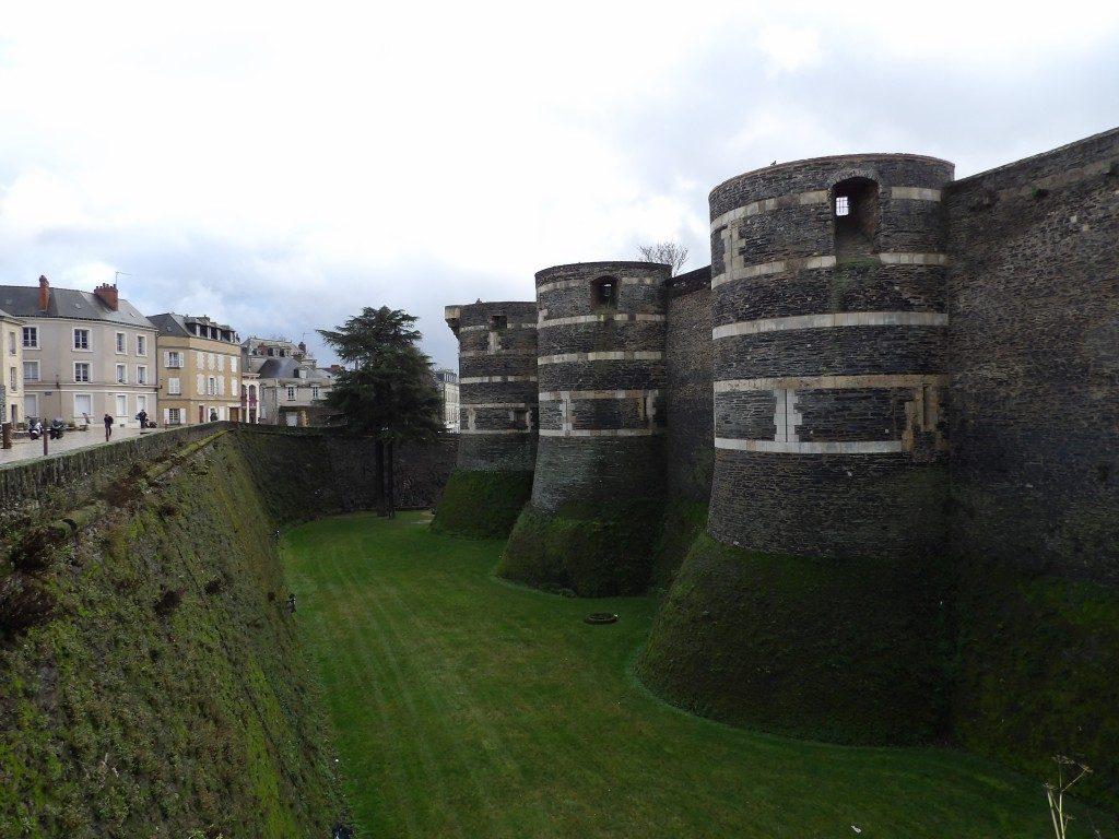 remparts et douves château d'Angers