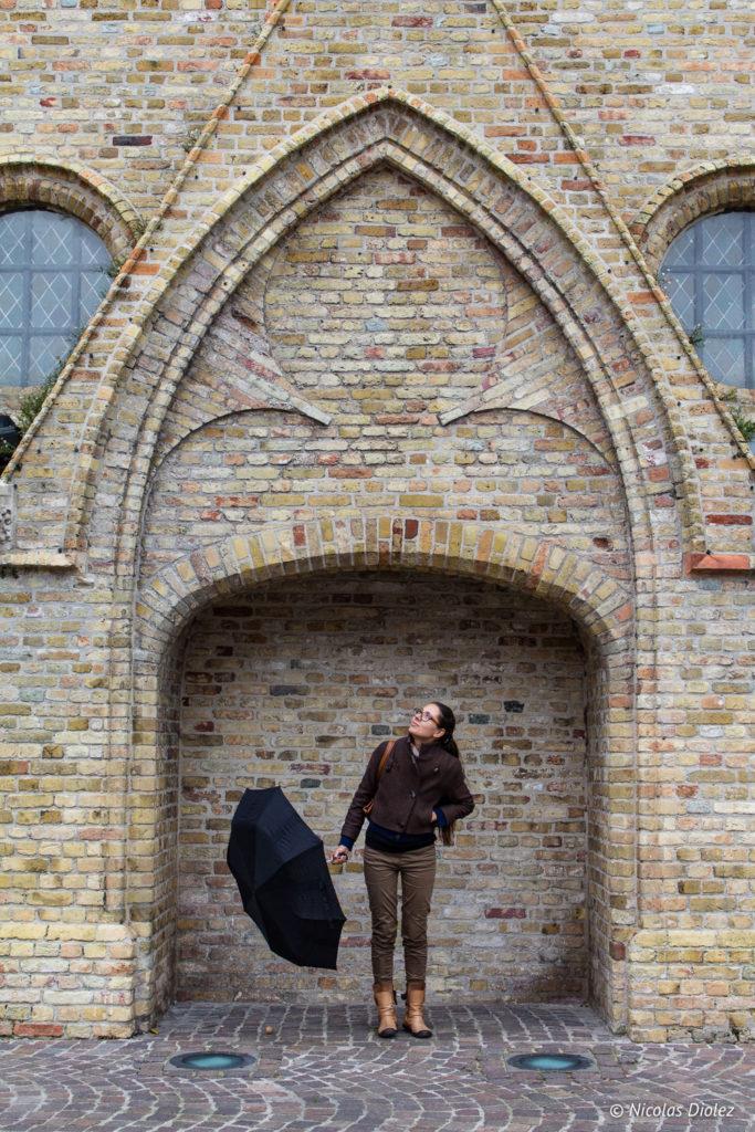Melle Bon Plan et son parapluie Nieuwport Belgique