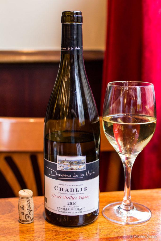 verre de vin et bouteille Chablis Café des musées