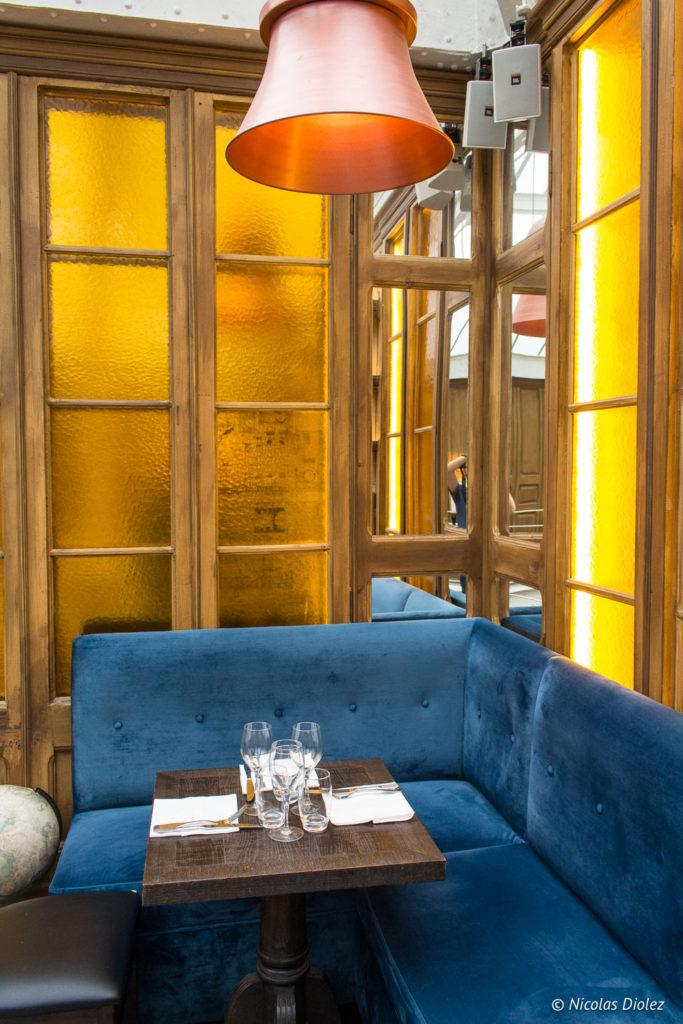 canapé bleu étage restaurant Les Chouettes Paris