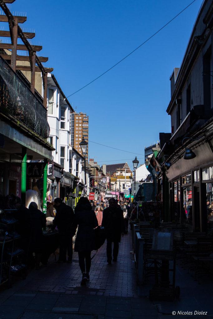 ruelle Brighton et ciel bleu
