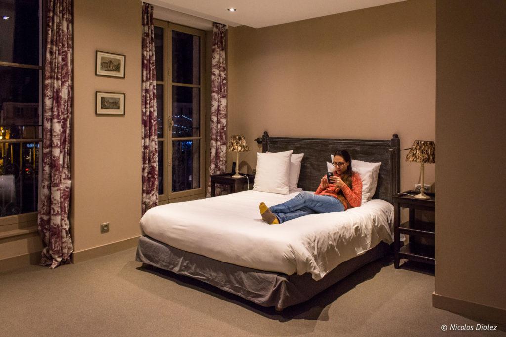 Melle Bon Plan sur le lit de l'Hôtel l'Écu de Bretagne Beaugency
