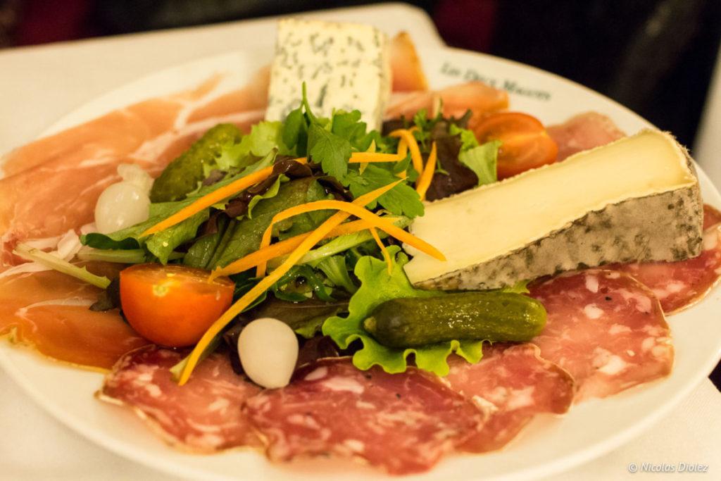 assiette fromages charcuteries Les Deux Magots Paris