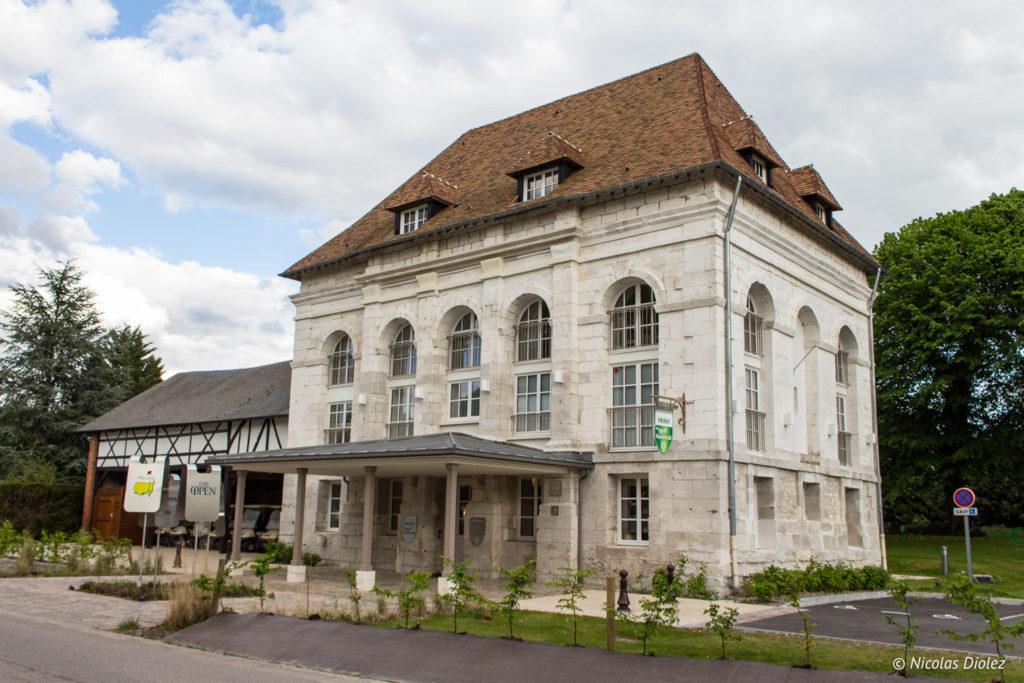 facade hôtel du Golf à Vaudreuil Eure