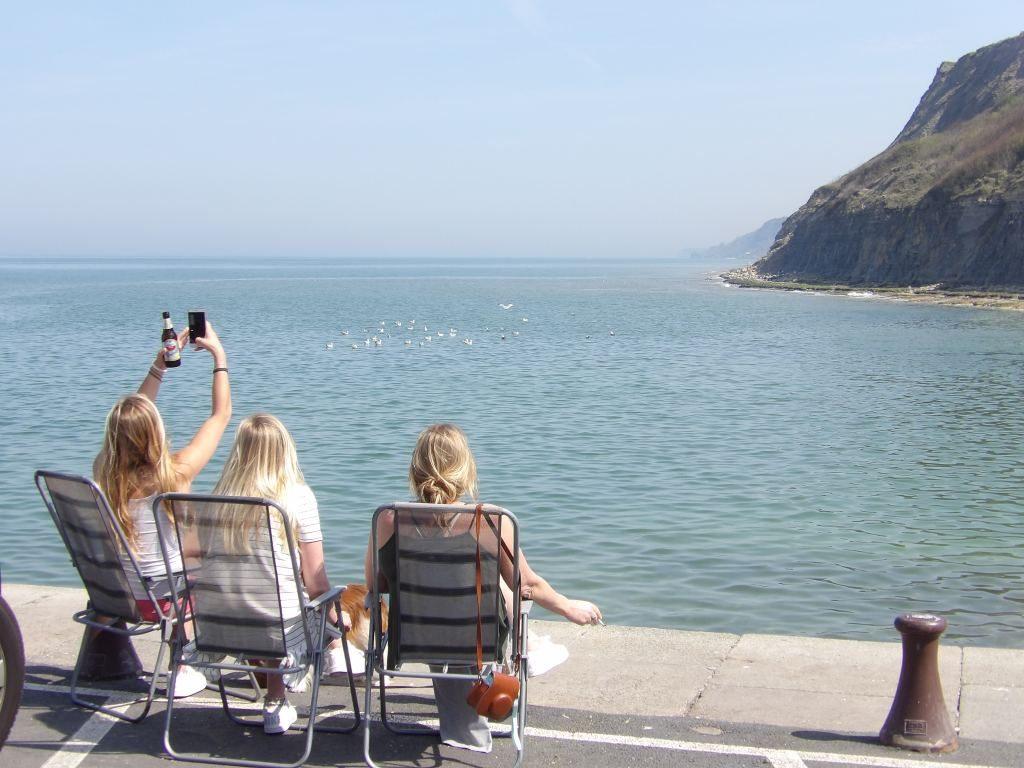 filles devant la mer Port-en-Bessin