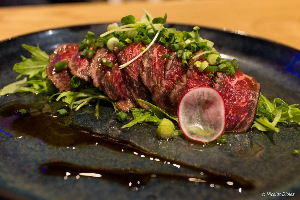 Le tataki de boeuf japonais (wagyu) et sauce yuzu acidulée